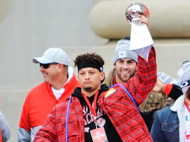 chiefs-mahomes-trophy-636x477